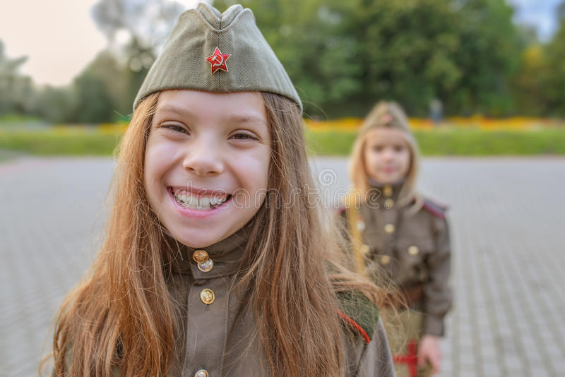 Petites filles dans des uniformes militaires soviétiques photographie stock