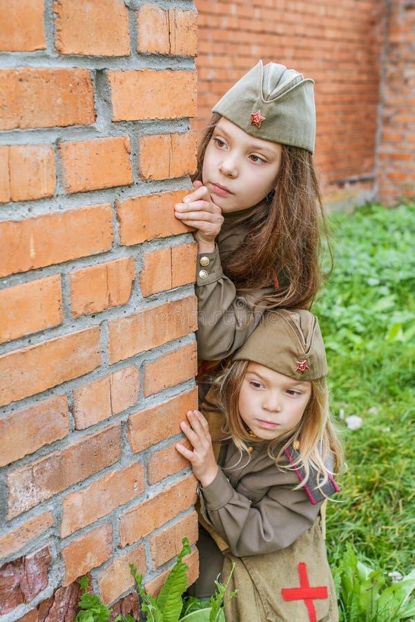 Petites filles dans des uniformes militaires soviétiques photographie stock libre de droits
