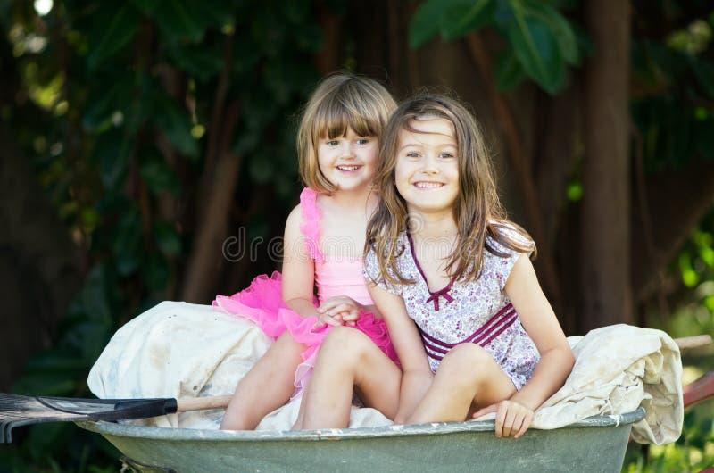 Petites filles dans la brouette photo libre de droits