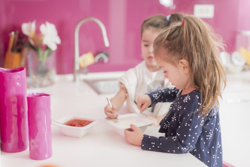Petites filles dans la cuisine photo stock
