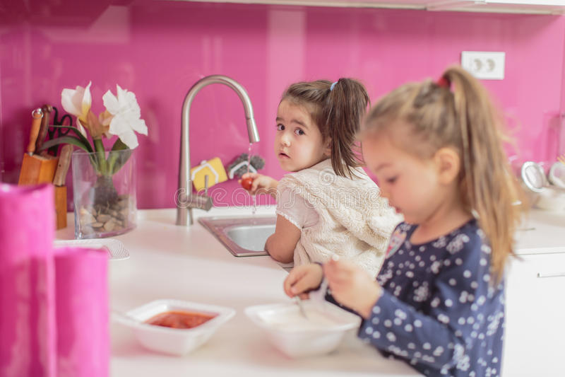 Petites filles dans la cuisine photographie stock