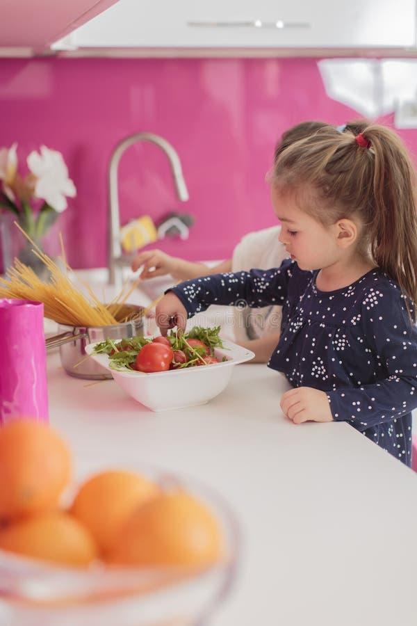 Petites filles dans la cuisine image libre de droits