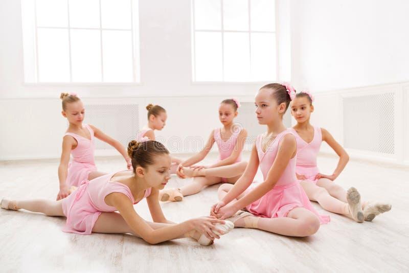 Petites filles dansant le ballet dans le studio images libres de droits