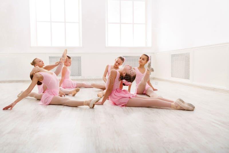 Petites filles dansant le ballet dans le studio photographie stock libre de droits