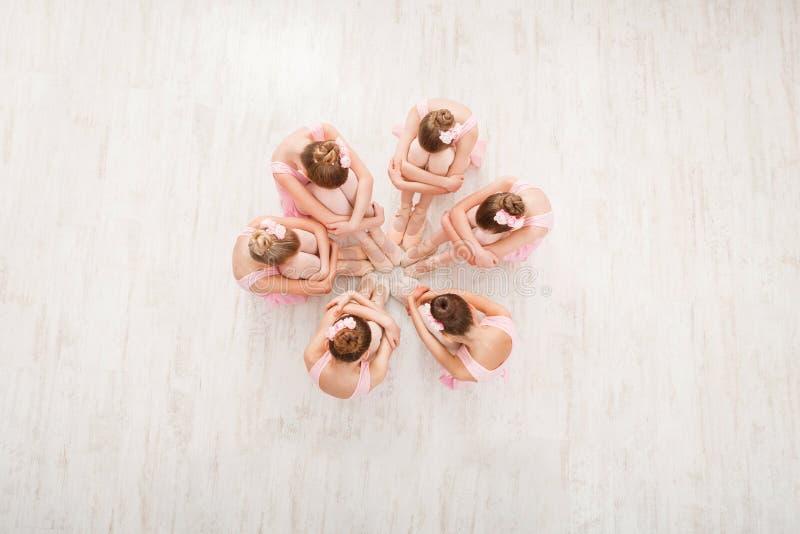 Petites filles dansant le ballet dans le studio, vue supérieure image stock