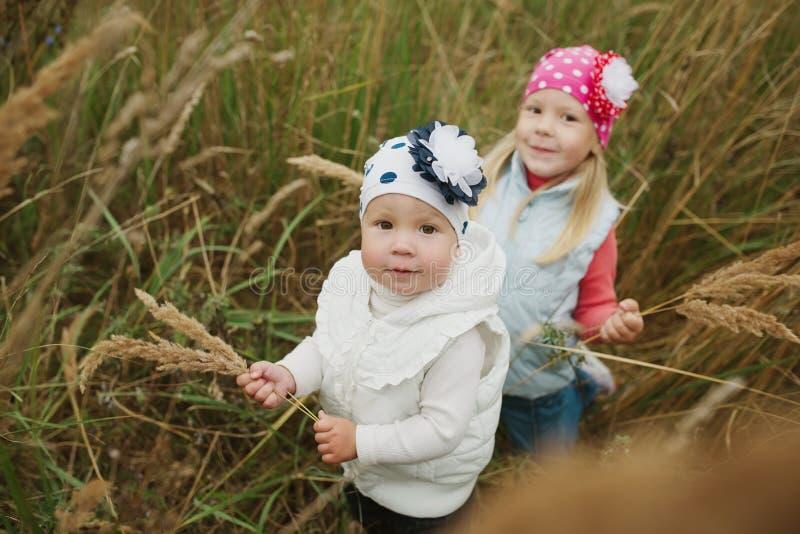 Petites filles en haut portrait d'herbe images stock