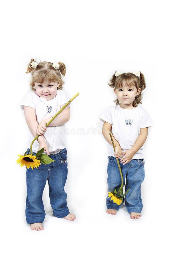 Petites filles et tournesols images stock
