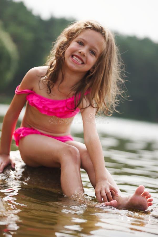 Petites filles heureuses mignonnes dans le lac de sumer images stock