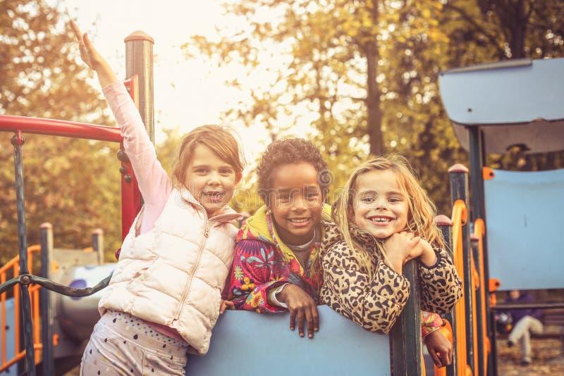 Petites filles heureuses sur le terrain de jeu photos libres de droits
