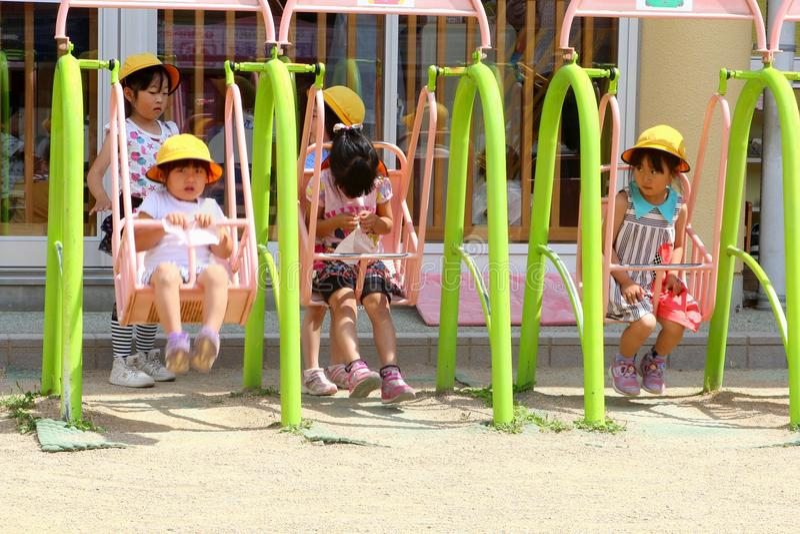 Petites filles jouant l'oscillation dehors, Takayama, Japon photo libre de droits
