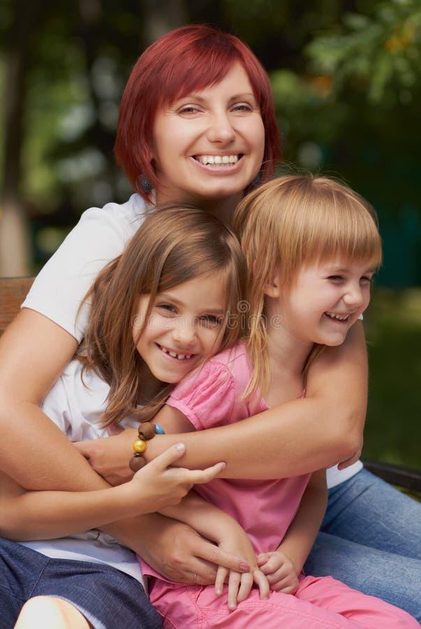 Petites filles mignonnes avec leur maman à l'extérieur photo libre de droits