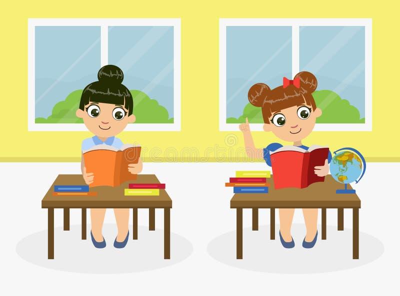 Petites filles mignonnes s'asseyant au bureau et aux livres de lecture pendant la leçon, étudiants préscolaires étudiant au vecte illustration libre de droits