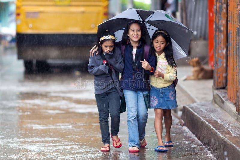 Petites filles philippines marchant dessous photos libres de droits