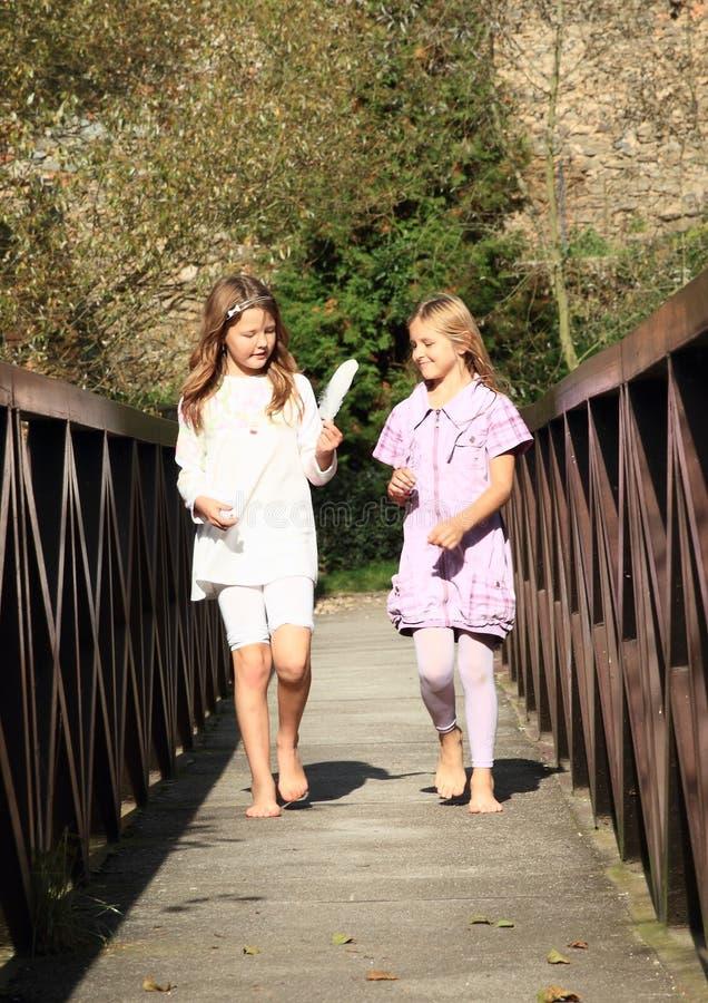 Petites filles sur le pont photographie stock