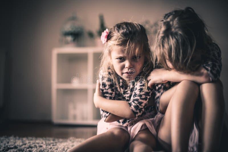 Petites filles tristes Enfants à la maison photo stock