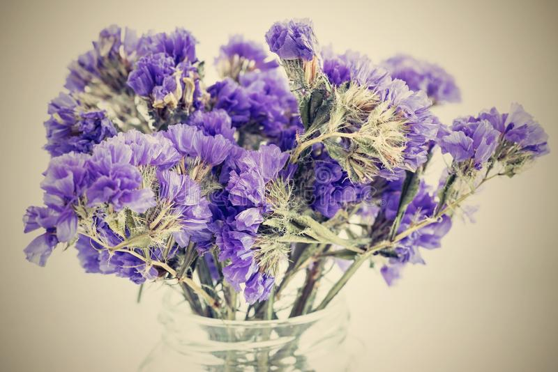 petites fleurs violettes de bouquet sec avec un r tro effet image stock image du blanc espace. Black Bedroom Furniture Sets. Home Design Ideas