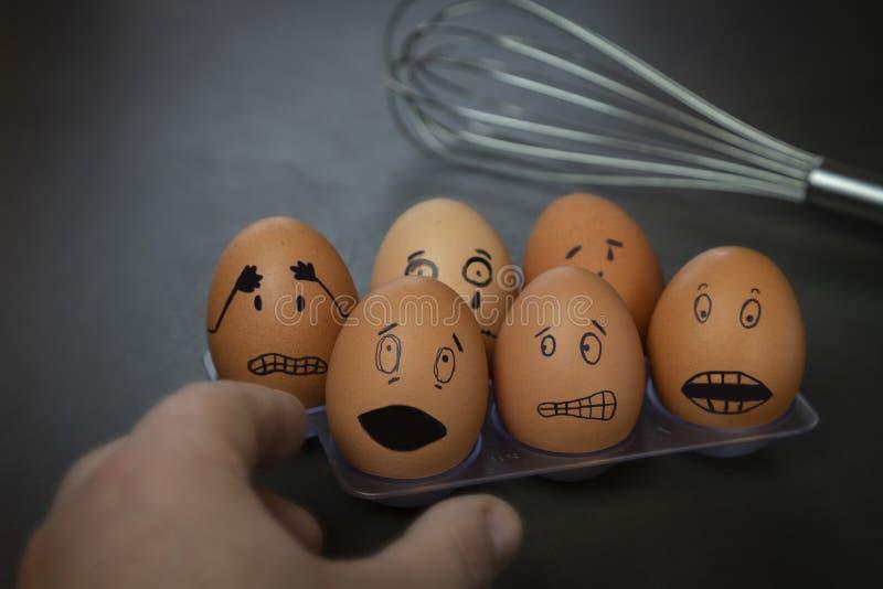 Petites histoires drôles d'oeuf de pâques, visages tirés par la main avec l'expression images libres de droits