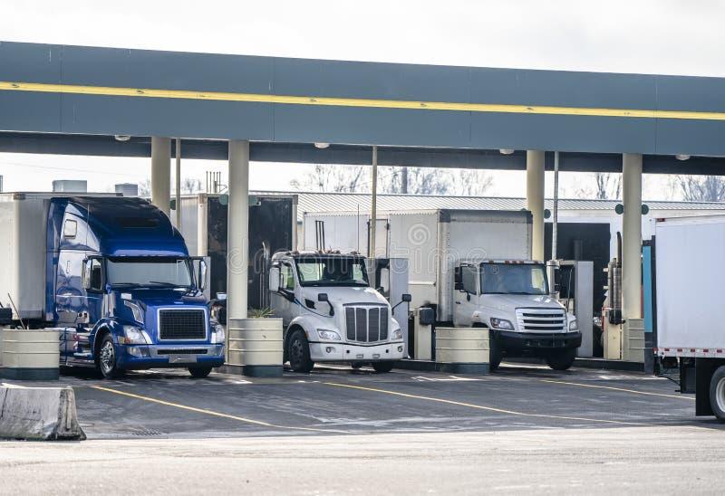 Petites installations de grandes installations et d'installations camions moyens semi réapprovisionner en combustible à la statio image stock