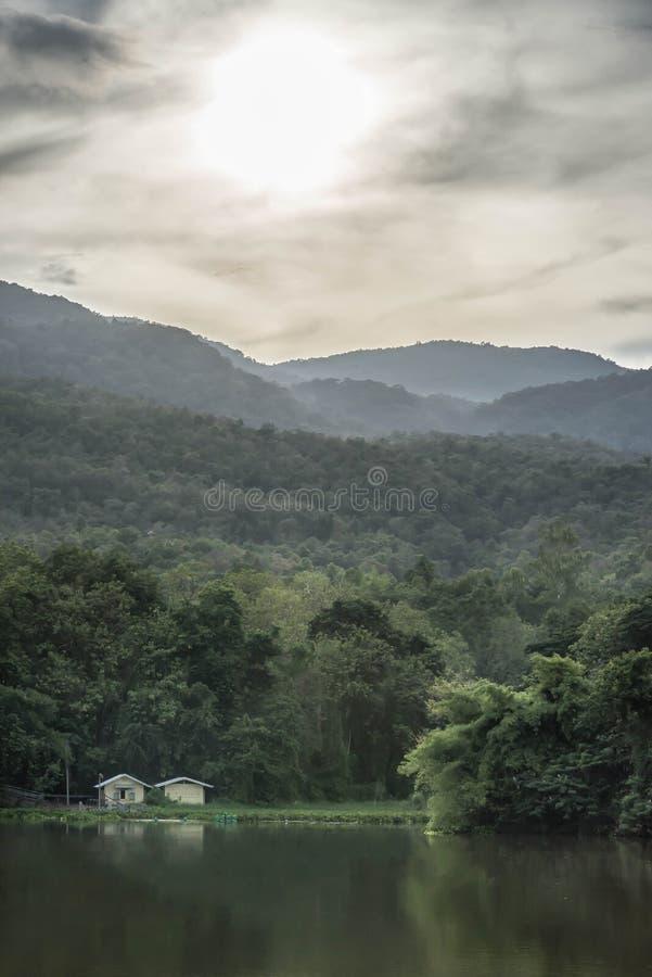 Petites maisons dans la montagne près de la rivière images stock