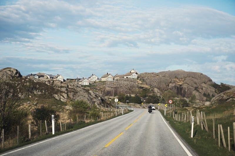 Petites maisons des montagnes de la Norv?ge photo libre de droits