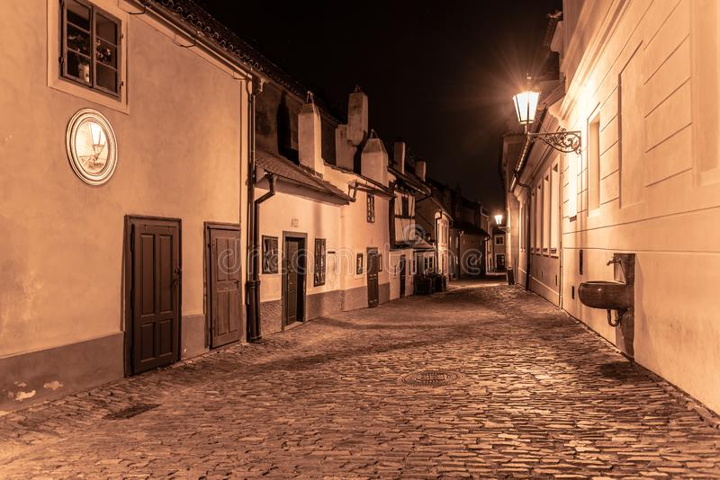 Petites maisons médiévales dans la ruelle d'or par nuit, château de Prague, République Tchèque photos stock