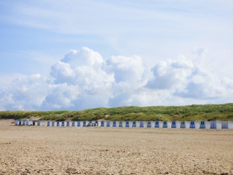 Petites maisons sur la plage à l'île Texel image libre de droits