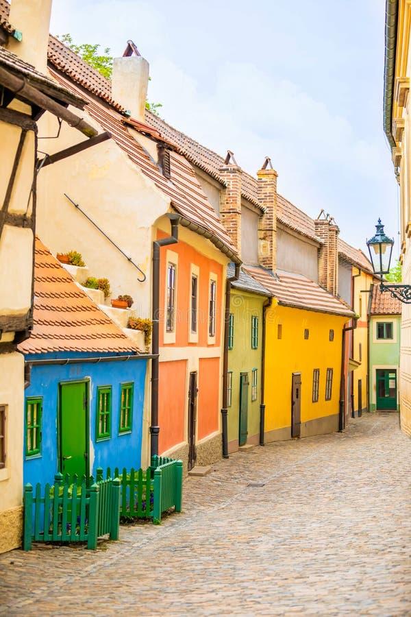 Petites maisons sur la rue d'or ? l'int?rieur de du ch?teau de Hrandcany, Prague, R?publique Tch?que photos libres de droits