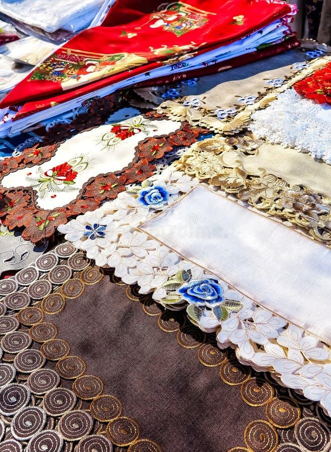Petites nappes espagnoles décorées colorées faites main photo libre de droits
