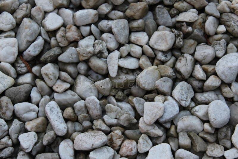 Petites pierres par l'étang image libre de droits
