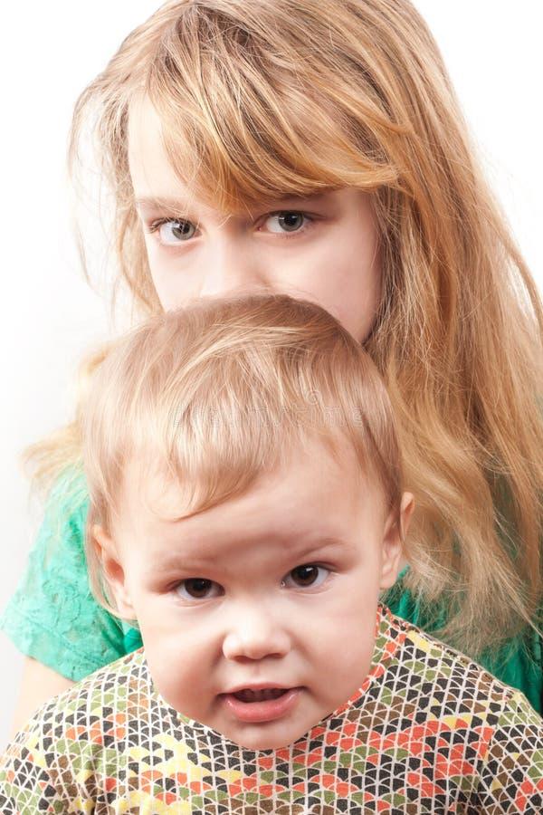 Petites soeurs caucasiennes blondes. Portrait sur le blanc images libres de droits