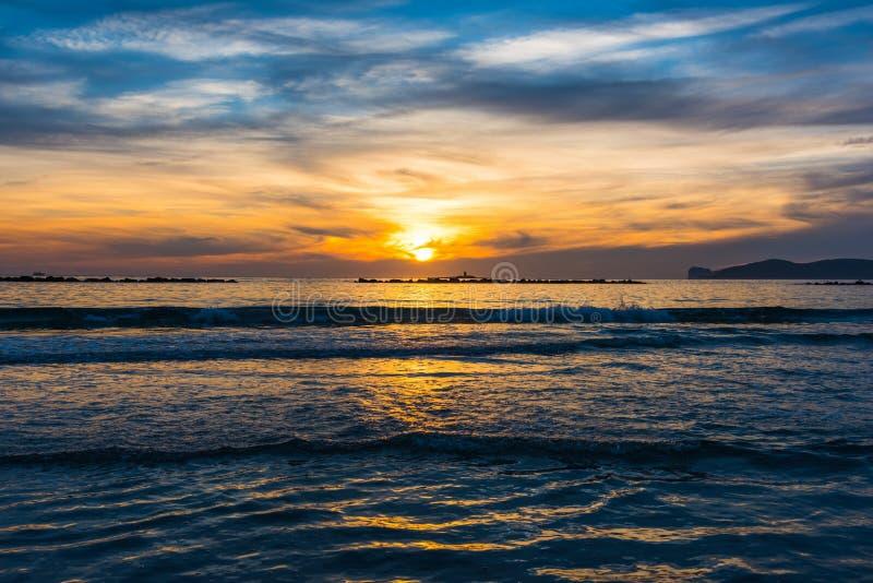 Petites vagues par le rivage à Alghero au coucher du soleil images stock