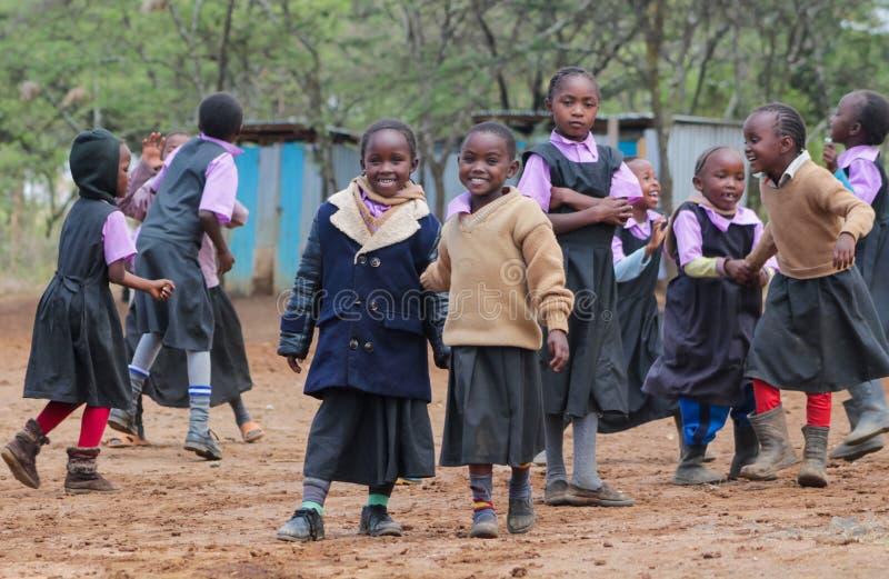 Petits écoliers africains sur un terrain de jeu image libre de droits