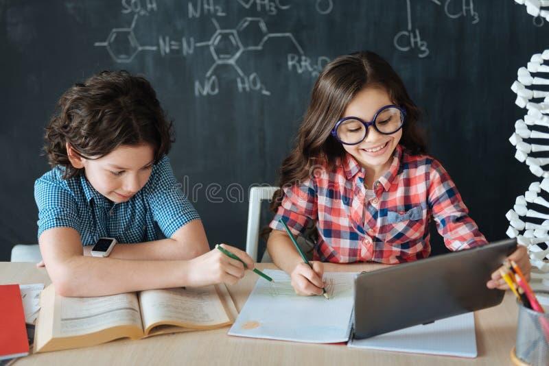 Petits élèves qualifiés étudiant des langues à l'école image libre de droits