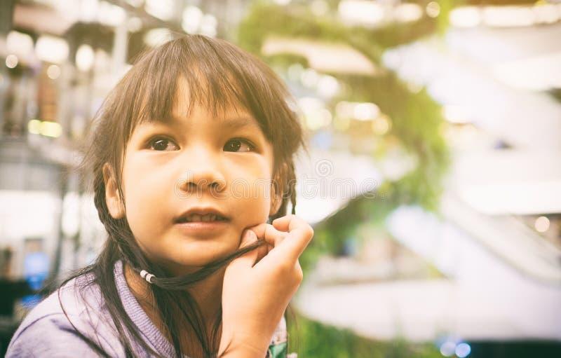 Download Petits Achats Asiatiques De Fille Dans Des Magasins Image stock - Image du assez, shopaholic: 77158691