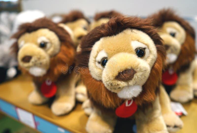 Petits animaux de lion mous de jouets pour des enfants sur le compteur du magasin image stock