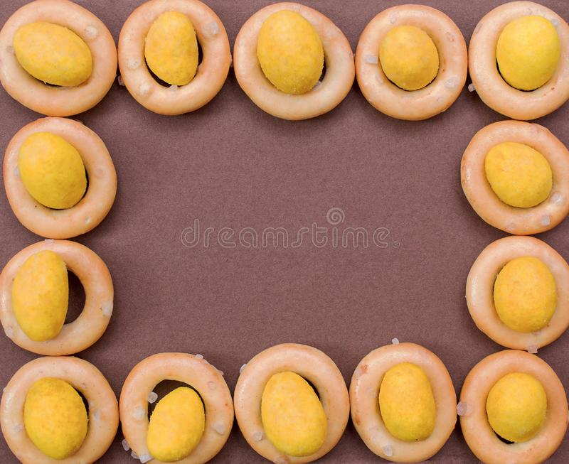 Petits bagels et écrous en fromage sous forme de rectangle images libres de droits