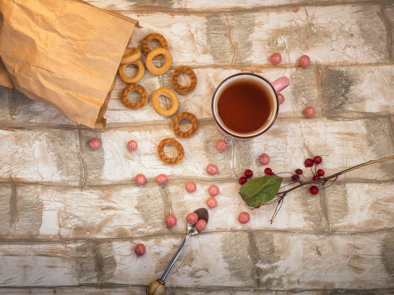 Petits bagels, thé, un brin des pommes sauvages et une dispersion du caramel aux fruits images libres de droits