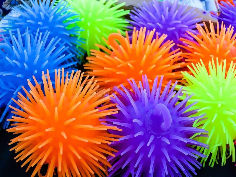 Petits ballons de plage colorés par néon images libres de droits