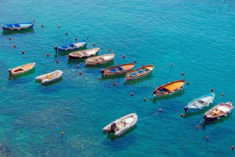 Petits bateaux amarrés dans la lagune calme photo libre de droits