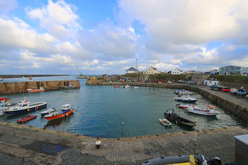 Petits bateaux amarrés dans le port photo stock