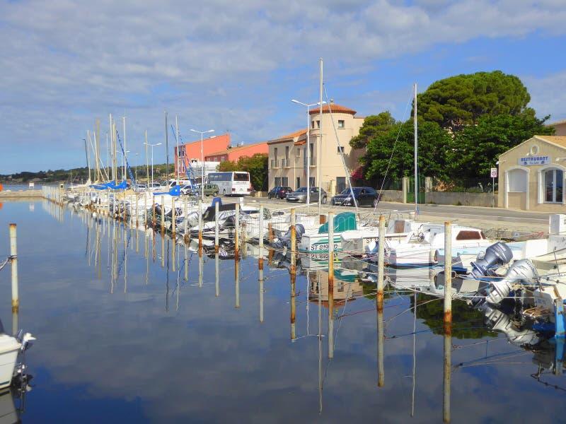 Petits bateaux amarrés dans le port image libre de droits