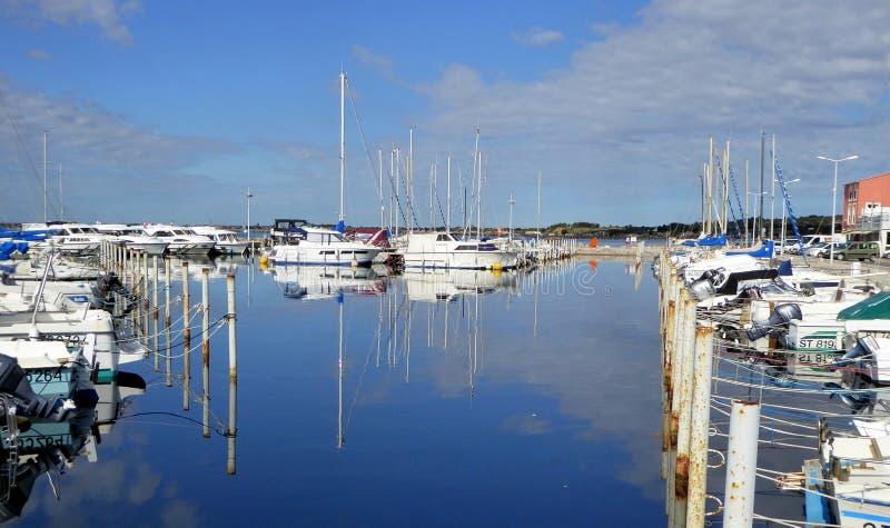 Petits bateaux amarrés dans le port photographie stock libre de droits