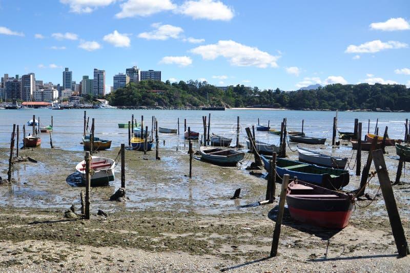 Petits bateaux amarrés sur la plage image stock