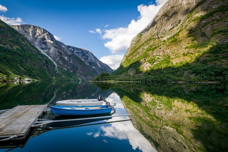 Petits bateaux au paysage scénique de fjord photos stock