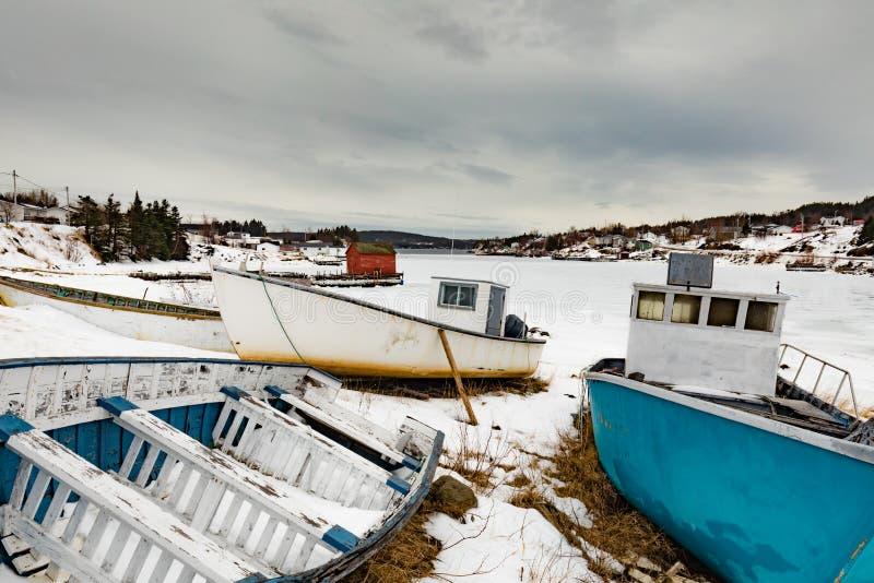 Petits bateaux de pêche échoués pour l'hiver NL Canada photos libres de droits