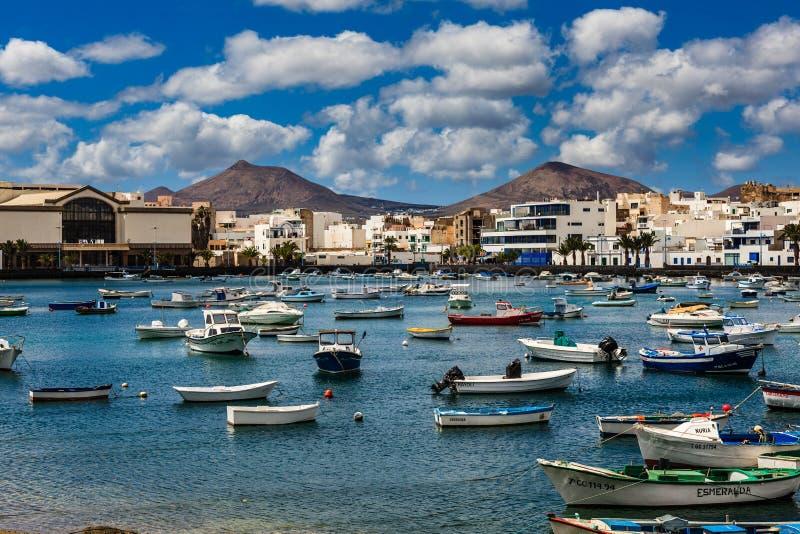 Petits bateaux de pêche dans la lagune dans la capitale Arrecife dans le LAN photos libres de droits