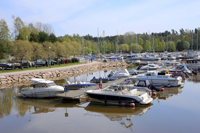 Petits bateaux, bateaux et Yacts dans une petite marina dans Espoo, Finlande images stock