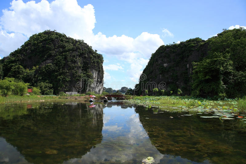 Petits bateaux naviguant le long du fleuve chez Tam Coc images stock