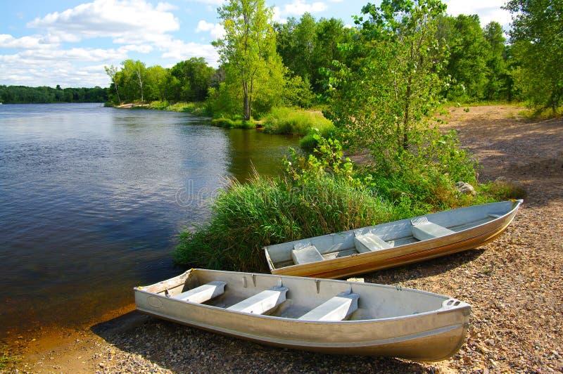 Petits bateaux sur le rivage image stock
