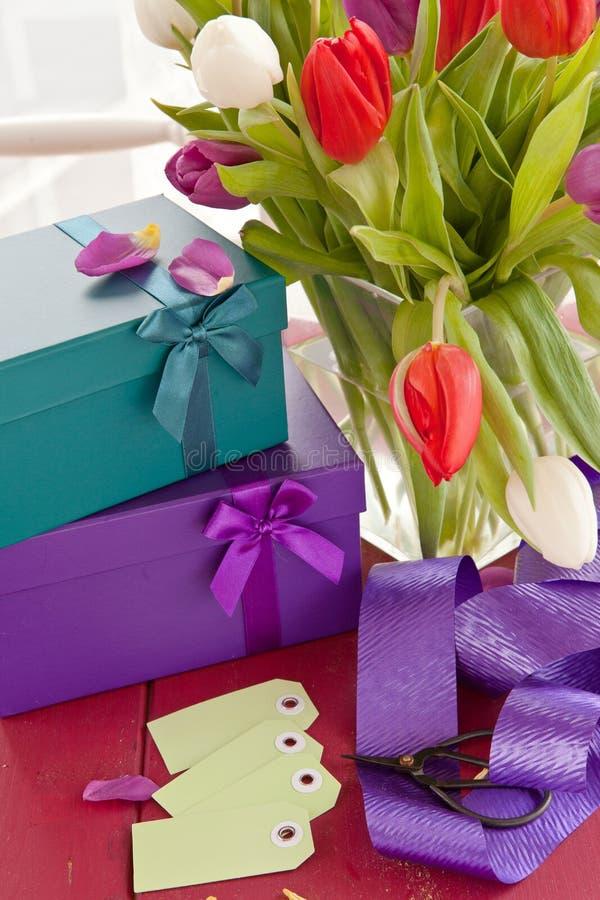 Petits boîte-cadeau et tulipes fraîches photographie stock